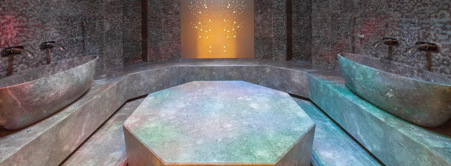 La fontana di ghiaccio è una perfetta esperienza termica dopo